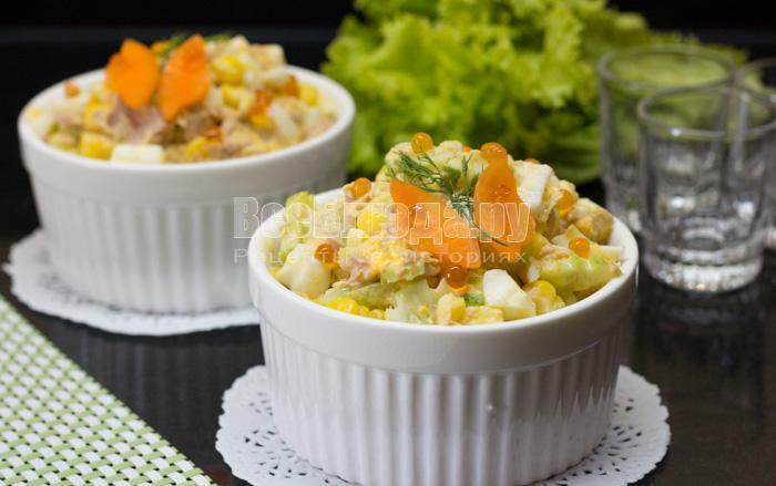 готовый салат с тунцом, кукурузой, яйцами