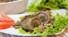 Рулетики из мяса с огурцом, запеченные в духовке с грибами в сливках