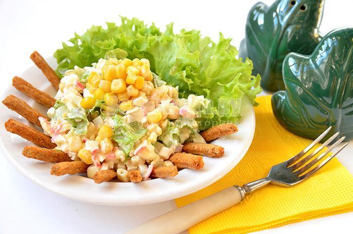 рецепт порционного салата с кукурузой, крабовыми палочками, сухариками