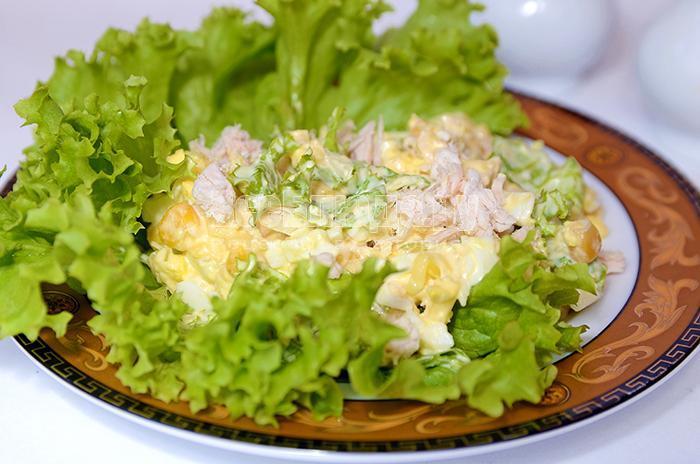 рецепт салата с куриным филе, кукурузой, сыром и яйцами