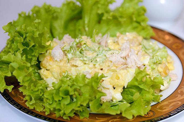 как приготовить салат с куриным филе, сыром, яйцами, кукурузой