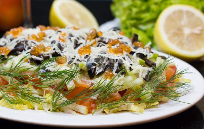 салат семга, пекинская капуста, икра, огурцы, помидоры, сыр, маслины