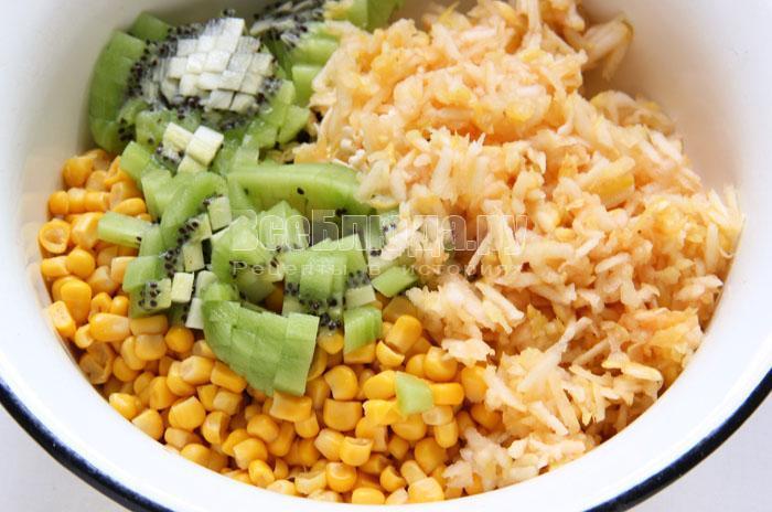 Салат - киви, яблоко, кукуруза, яйца, морковка, плавленный сырок, лук
