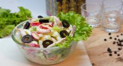Салат из маринованных кальмаров с яйцом и огурцами
