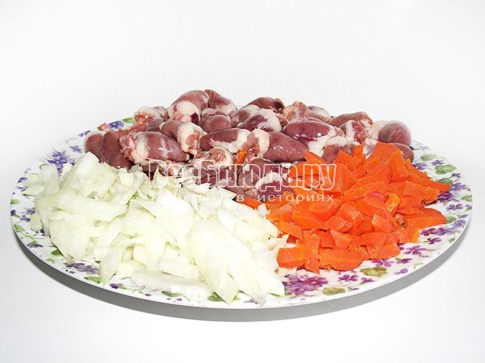 режем лук и морковку