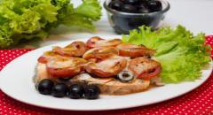 Семга запеченная в духовке с маслинами, помидорами и сыром