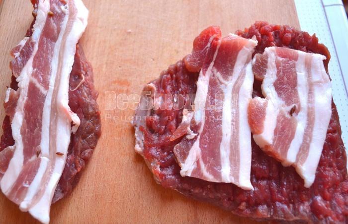 положить сало на мясо