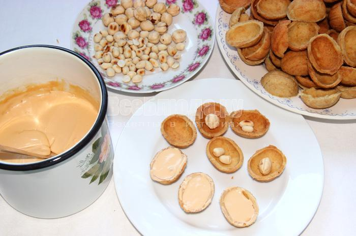 формирую печенье орешки