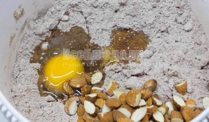вбить яйцо и орешки