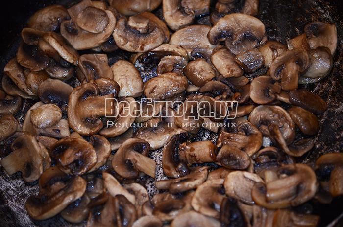 пожарьте грибы на сливочном масле