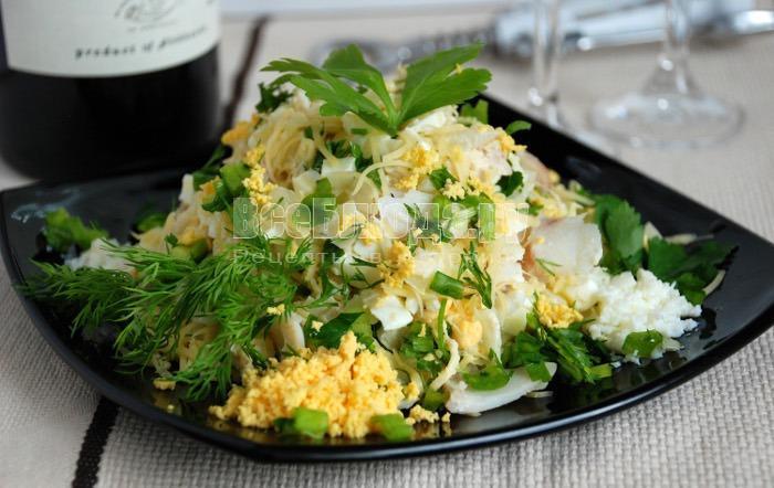 салат с треской, сыром и яйцами