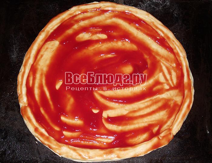 смажьте пиццу кетчупом