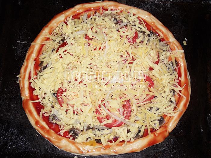 уложите помидоры и сыр