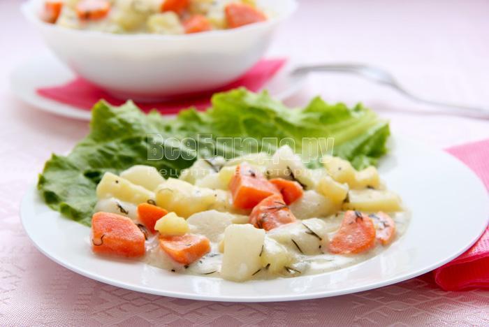 Овощи (кольраби, дайкон, картофель, морковь), тушеные в сметанном соусе