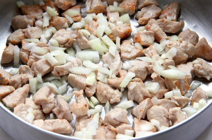 выкладываю мясо и лук в форму
