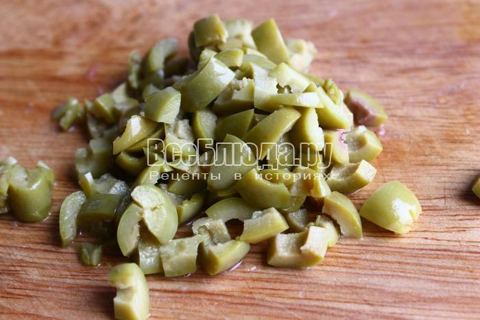 порезать оливки