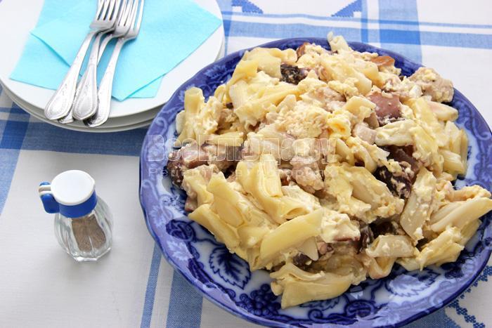 Запеканка с индейкой, грибами, макаронами под сметанно-яичным соусом