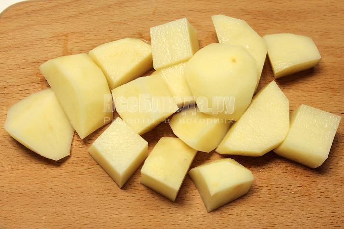 Нарезали крупными кусками картофель