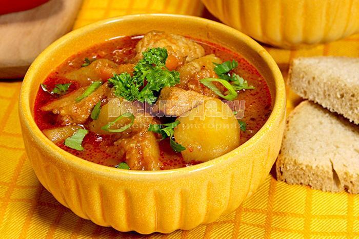 Готовый суп-гуляш в тарелке