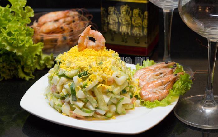 выложить салат на тарелку