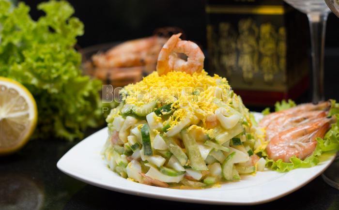рецепт салата с огурцами, яйцами и креветками