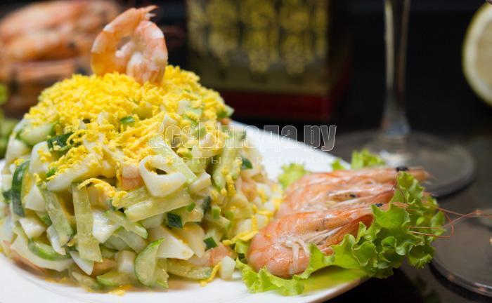 как приготовить креветочный салат с огурцами