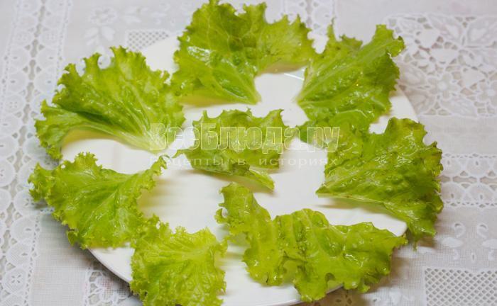выложить салатные листья