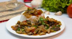 Грибы с овощами (помидоры, баклажаны, фасоль, зелень)