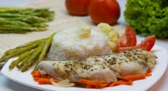 Рыба с овощами в духовке (спаржа, морковка, лук, брокколи)