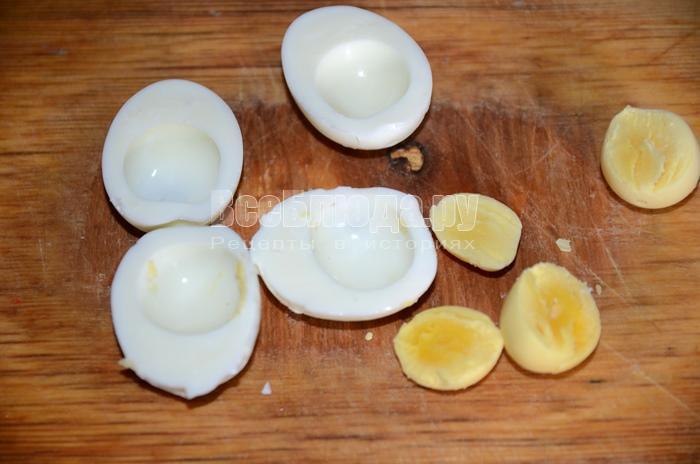 разрежьте яйца