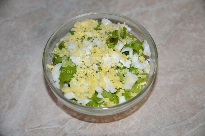 посыпьте салат желтками