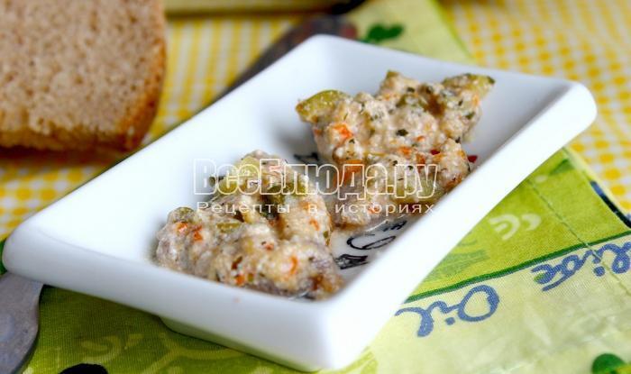 Телятина с оливками в сметанно-сырном соусе в горшочке