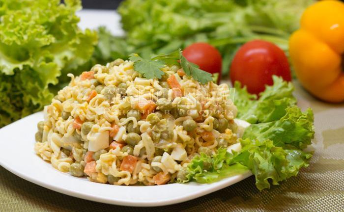салат с лапшой, горошком, яйцами