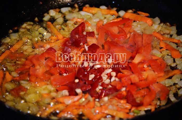 высыпите чеснок и болгарский перец