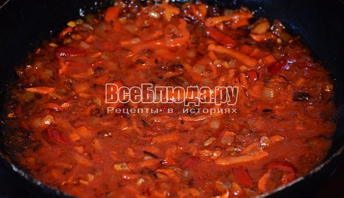 добавьте томатную пасту и сахар