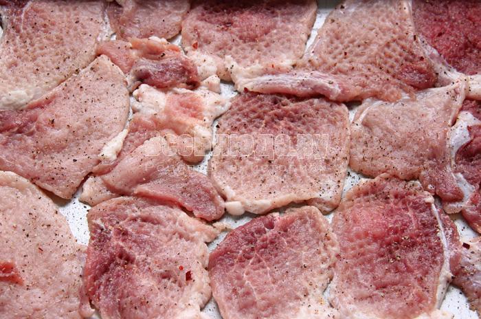 отбить свинину