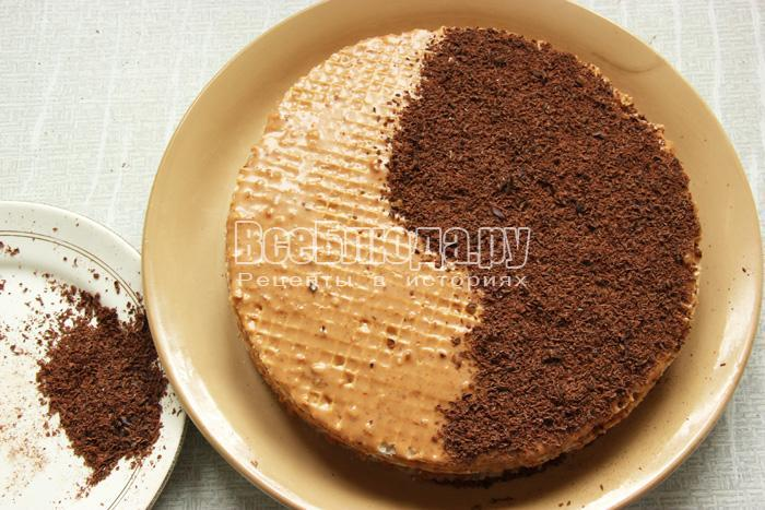 посыпаю торт шоколадом