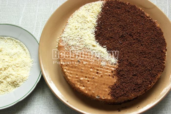 посыпаю торт белым шоколадом