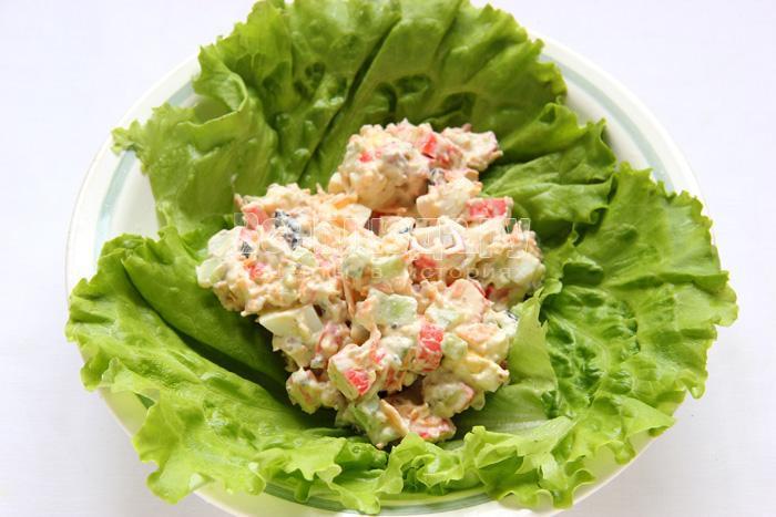выложить салат на листья