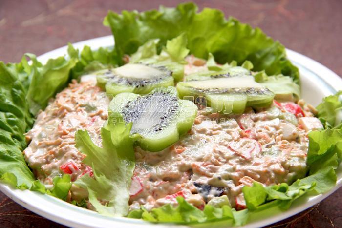 Салат с киви черносливом
