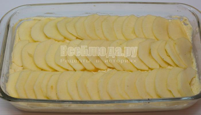 выложить яблоки на тесто