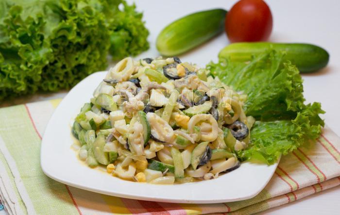 готовый салат с кальмарами и огурцами