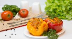 Фаршированные картошкой с фаршем перцы в томатном соусе...