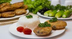 Рыбные котлеты с маслом и маслинами