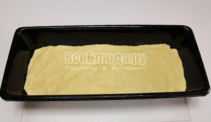 Выложили тесто в форму