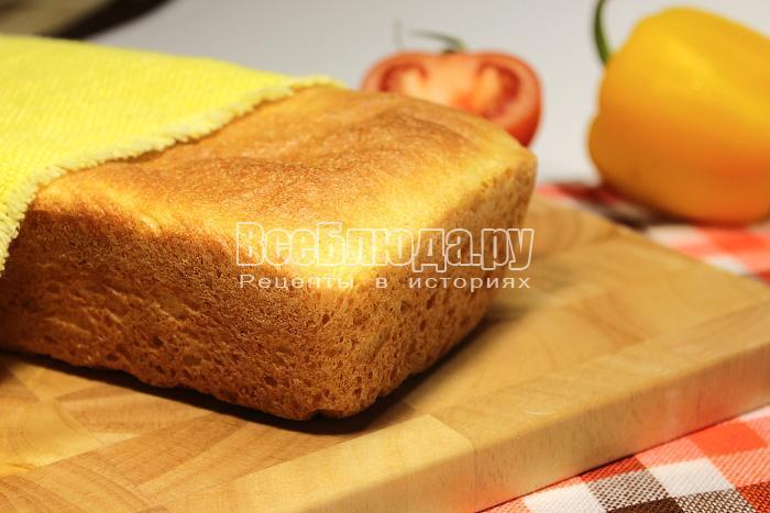 Кукурузный хлеб на доске