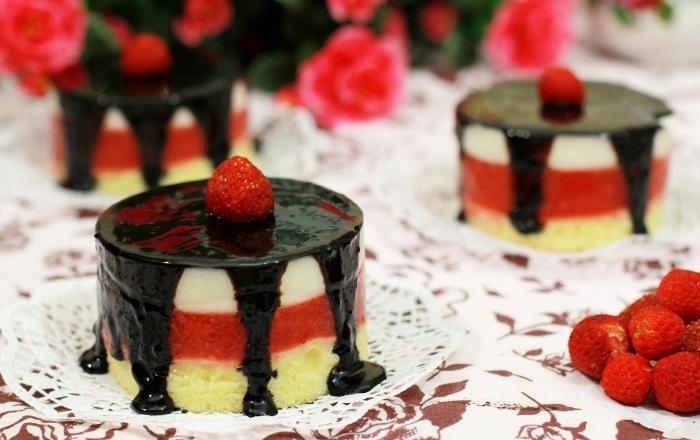 Мини тортики в три слоя (бисквит, клубника, творог) в шоколадной глазури