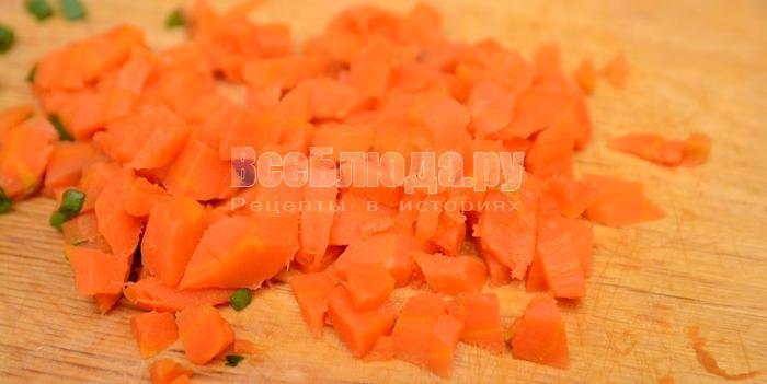 нарежьте морковь кубиками