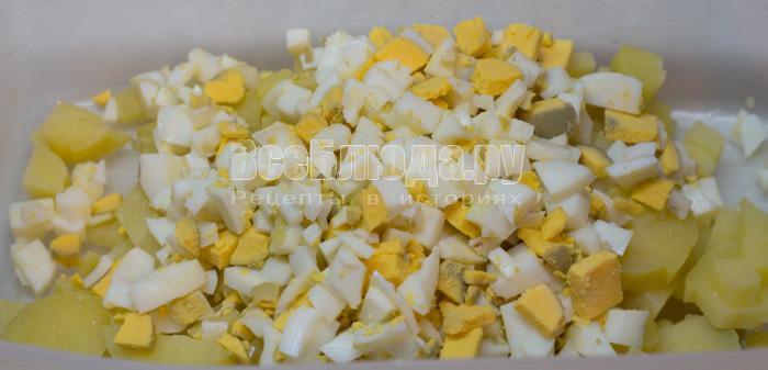 порезать картошку и яйца