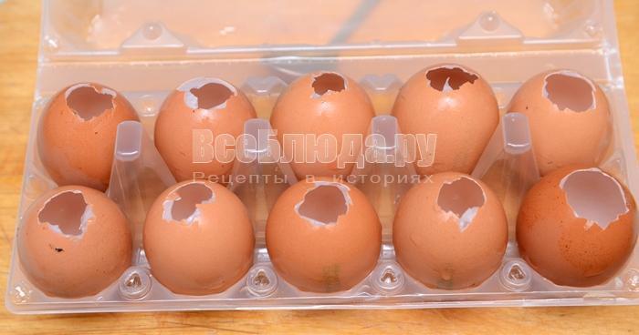 сделайте в яйцах дырочки